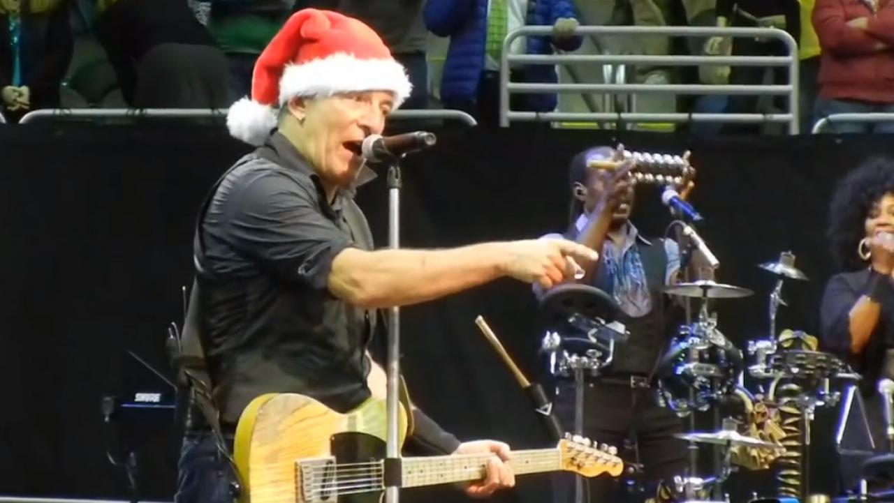 Bruce Springsteen Christmas.Bruce Springsteen Performs Santa Claus Is Coming To Town